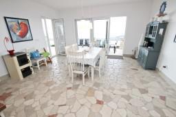 Гостиная. Черногория, Бечичи : Шикарный 3-х этажный дом в Бечичи (Подбабас) с 2-мя большими гостиными, с 4-мя отдельными спальнями, с 4-мя ванными комнатами, с игровой комнатой, с бассейном, с местом для барбекю, с террасами с шикарным видом на море