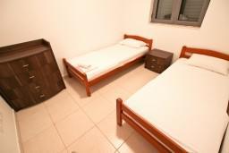Спальня 2. Черногория, Бечичи : Современный апартамент для 4-6 человек, 2 отдельные спальни, с балконом с видом на море