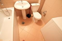 Ванная комната. Черногория, Бечичи : Современный апартамент для 4-6 человек, 2 отдельные спальни, с балконом с видом на море