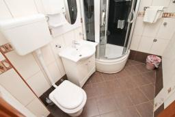 Ванная комната. Апартамент для 4-6 человек, с отдельной спальней, с 2-мя балконами с видом на море, 100 метров до пляжа в Игало