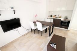 Гостиная. Черногория, Бечичи : Современный апартамент для 3-4 человек, 2 отдельные спальни