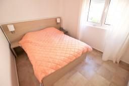 Спальня. Черногория, Бечичи : Современный апартамент для 3-4 человек, 2 отдельные спальни