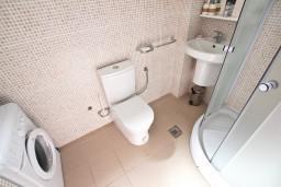 Ванная комната. Черногория, Бечичи : Современный апартамент для 3-4 человек, 2 отдельные спальни