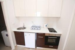 Кухня. Черногория, Бечичи : Современный апартамент с отдельной спальней, с балконом с видом на море