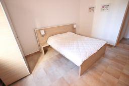 Спальня. Черногория, Бечичи : Современный апартамент с отдельной спальней, с балконом с видом на море