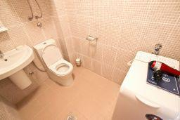 Туалет. Черногория, Бечичи : Современный апартамент с отдельной спальней, с балконом с видом на море
