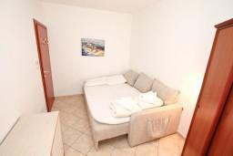 Спальня 2. Черногория, Дженовичи : Апартамент для 4-5 человек, с 2-мя отдельными спальнями, с большой гостиной, с балконом, 70 метров до моря