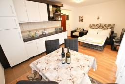 Гостиная. Черногория, Петровац : Апартамент с отдельной спальней, с балконом, 50 метров до моря