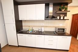 Кухня. Черногория, Петровац : Апартамент с отдельной спальней, с балконом, 50 метров до моря