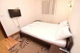 Спальня. Черногория, Петровац : Апартамент с отдельной спальней, с балконом, 50 метров до моря