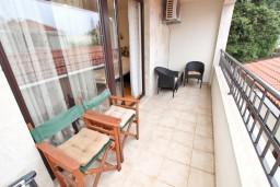 Балкон. Черногория, Петровац : Апартамент с отдельной спальней, с балконом, 50 метров до моря