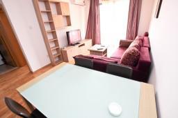 Гостиная. Черногория, Пржно / Милочер : Современный апартамент с отдельной спальней, с балконом