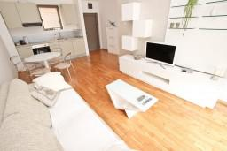 Гостиная. Черногория, Пржно / Милочер : Современный апартамент для 2-4 человек, с отдельной спальней, с балконом