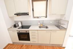 Кухня. Черногория, Пржно / Милочер : Современный апартамент для 2-4 человек, с отдельной спальней, с балконом