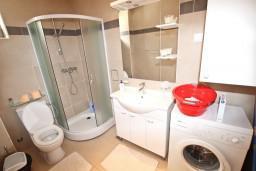 Ванная комната. Черногория, Пржно / Милочер : Современный апартамент для 2-4 человек, с отдельной спальней, с балконом