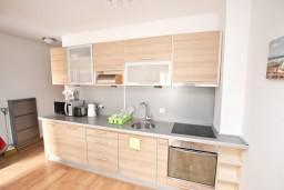 Кухня. Черногория, Пржно / Милочер : Современный апартамент для 4-6 человек, с 2-мя отдельными спальнями, с большой гостиной, с балконом