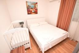 Спальня. Черногория, Пржно / Милочер : Современный апартамент для 4-6 человек, с 2-мя отдельными спальнями, с большой гостиной, с балконом