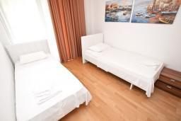 Спальня 2. Черногория, Пржно / Милочер : Современный апартамент для 4-6 человек, с 2-мя отдельными спальнями, с большой гостиной, с балконом
