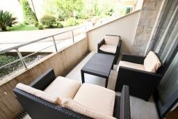 Балкон. Черногория, Пржно / Милочер : Современный апартамент для 4-6 человек, с 2-мя отдельными спальнями, с большой гостиной, с балконом