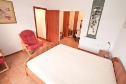Спальня. Черногория, Бигова : Апартамент для 4-6 человек, с 2-мя отдельными спальнями, с 2-мя ванными комнатами, с террасой с шикарным видом на море, 20 метров до пляжа