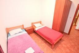 Спальня 2. Черногория, Бигова : Апартамент для 4-6 человек, с 2-мя отдельными спальнями, с 2-мя ванными комнатами, с террасой с шикарным видом на море, 20 метров до пляжа