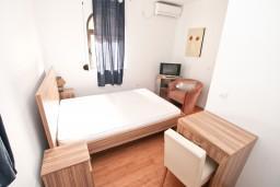 Спальня 2. Черногория, Бигова : Апартамент для 4-6 человек, с 2-мя отдельными спальнями, с 2-мя ванными комнатами, с террасой, 20 метров до пляжа
