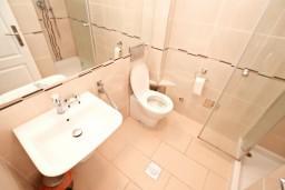 Ванная комната 2. Черногория, Бигова : Апартамент для 4-6 человек, с 2-мя отдельными спальнями, с 2-мя ванными комнатами, с террасой, 20 метров до пляжа