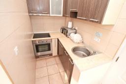 Кухня. Черногория, Бигова : Апартамент для 3-5 человек, с 2-мя отдельными спальнями, с 2-мя ванными комнатами, с балконом с шикарным видом на море, 20 метров до пляжа