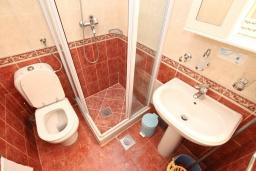 Ванная комната. Черногория, Бигова : Апартамент для 3-5 человек, с 2-мя отдельными спальнями, с 2-мя ванными комнатами, с балконом с шикарным видом на море, 20 метров до пляжа