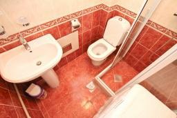 Ванная комната 2. Черногория, Бигова : Апартамент для 3-5 человек, с 2-мя отдельными спальнями, с 2-мя ванными комнатами, с балконом с шикарным видом на море, 20 метров до пляжа