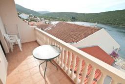 Балкон. Черногория, Бигова : Апартамент для 3-5 человек, с 2-мя отдельными спальнями, с 2-мя ванными комнатами, с балконом с шикарным видом на море, 20 метров до пляжа