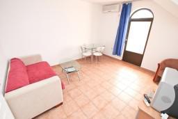 Гостиная. Черногория, Бигова : Апартамент с отдельной спальней, с 2-мя балконами с шикарным видом на море, 20 метров до пляжа