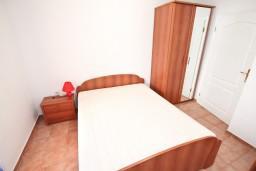 Спальня. Черногория, Бигова : Апартамент с отдельной спальней, с 2-мя балконами с шикарным видом на море, 20 метров до пляжа