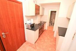 Кухня. Черногория, Бигова : Апартамент с отдельной спальней, с 2-мя балконами с шикарным видом на море, 20 метров до пляжа