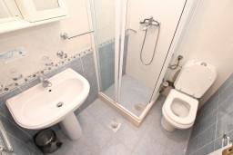 Ванная комната. Черногория, Бигова : Апартамент с отдельной спальней, с 2-мя балконами с шикарным видом на море, 20 метров до пляжа