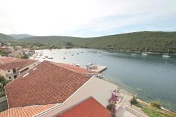 Вид на море. Черногория, Бигова : Апартамент с отдельной спальней, с 2-мя балконами с шикарным видом на море, 20 метров до пляжа