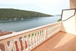 Балкон. Черногория, Бигова : Апартамент для 4-6 человек, с 2-мя отдельными спальнями, с 2-мя ванными комнатами, с балконом с шикарным видом на море, 20 метров до пляжа