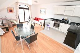 Гостиная. Черногория, Бигова : Апартамент для 4-6 человек, с 2-мя отдельными спальнями, с 2-мя ванными комнатами, с балконом с шикарным видом на море, 20 метров до пляжа