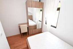 Спальня. Черногория, Бигова : Апартамент для 4-6 человек, с 2-мя отдельными спальнями, с 2-мя ванными комнатами, с балконом с шикарным видом на море, 20 метров до пляжа