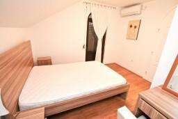 Спальня 2. Черногория, Бигова : Апартамент для 4-6 человек, с 2-мя отдельными спальнями, с 2-мя ванными комнатами, с балконом с шикарным видом на море, 20 метров до пляжа
