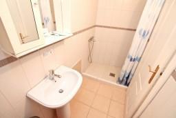 Ванная комната. Черногория, Бигова : Апартамент с отдельной спальней, с террасой с видом на море, 20 метров до пляжа
