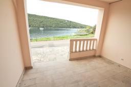 Терраса. Черногория, Бигова : Апартамент с отдельной спальней, с террасой с видом на море, 20 метров до пляжа