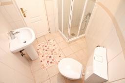 Ванная комната. Черногория, Бигова : Апартамент с отдельной спальней, с большой террасой с шикарным видом на море, 20 метров до пляжа
