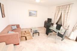 Гостиная. Черногория, Бигова : Апартамент для 4-6 человек, с 2-мя отдельными спальнями, с большой террасой с шикарным видом на море, 20 метров до пляжа