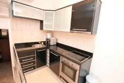 Кухня. Черногория, Бигова : Апартамент для 4-6 человек, с 2-мя отдельными спальнями, с большой террасой с шикарным видом на море, 20 метров до пляжа