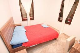 Спальня. Черногория, Бигова : Апартамент для 4-6 человек, с 2-мя отдельными спальнями, с большой террасой с шикарным видом на море, 20 метров до пляжа
