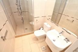 Ванная комната. Черногория, Бигова : Апартамент для 4-6 человек, с 2-мя отдельными спальнями, с большой террасой с шикарным видом на море, 20 метров до пляжа