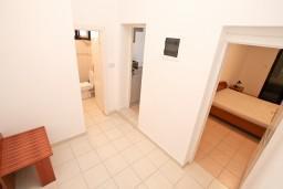 Коридор. Черногория, Бигова : Апартамент с отдельной спальней, с большой террасой с шикарным видом на море, 20 метров до пляжа