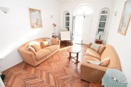 Гостиная. Черногория, Селяново : Большой 2-х этажный апартамент для 6 человек, с 3-мя отдельными спальнями, с гостиной и большой кухней, с 3-мя ванными комнатами, с балконом с шикарным видом на море, 20 метров до пляжа