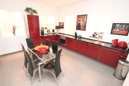Кухня. Черногория, Селяново : Большой 2-х этажный апартамент для 6 человек, с 3-мя отдельными спальнями, с гостиной и большой кухней, с 3-мя ванными комнатами, с балконом с шикарным видом на море, 20 метров до пляжа